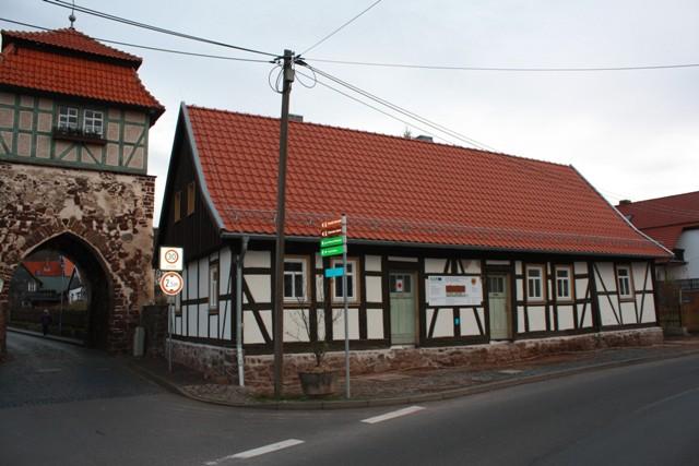 Neustadt_Stolberger Straße 3, In den Jahren 2008 und 2009 wurde das alte Fachwerkhaus,direkt neben dem historischen Stadttor der Gemeinde Neustadt, grundhaft saniert. Heute beherbergt das Kleinod neben dem Bürgermeisterbüro, einer kleinen Heimatstube auch die Touristinformation Neustadt. Der obere Teil des Gebäudes bietet außerdem auch allen Vereinen Räumlichkeiten für ihr Vereinsleben.