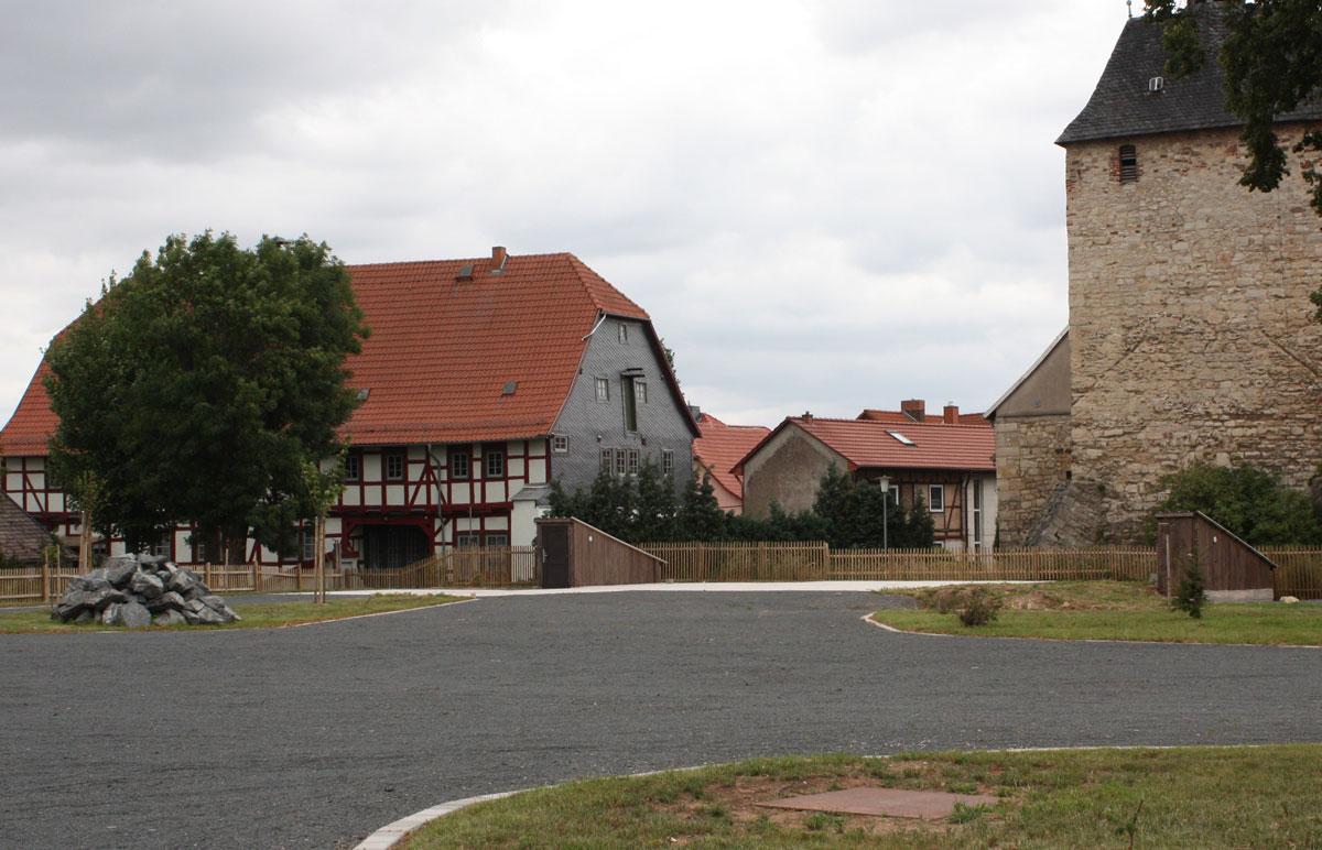 """In zwei Bauabschnitten erfolgte der Abriss des """"Jungmann'schen Gutes"""" und die anschließende Gestaltung eines Festplatzes für die Gemeinde Wolkramshausen"""