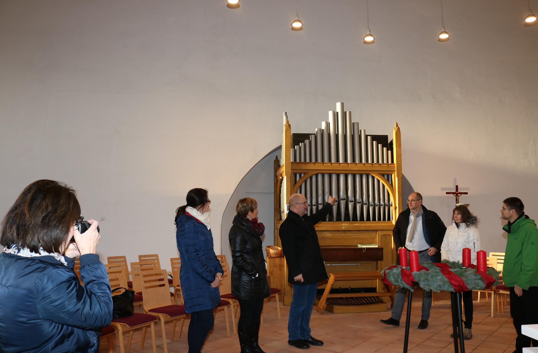 Pfarrer Herr Bernhard Halver gibt Erläuterungen zum Umbau und dem Kauf einer neuen Orgel