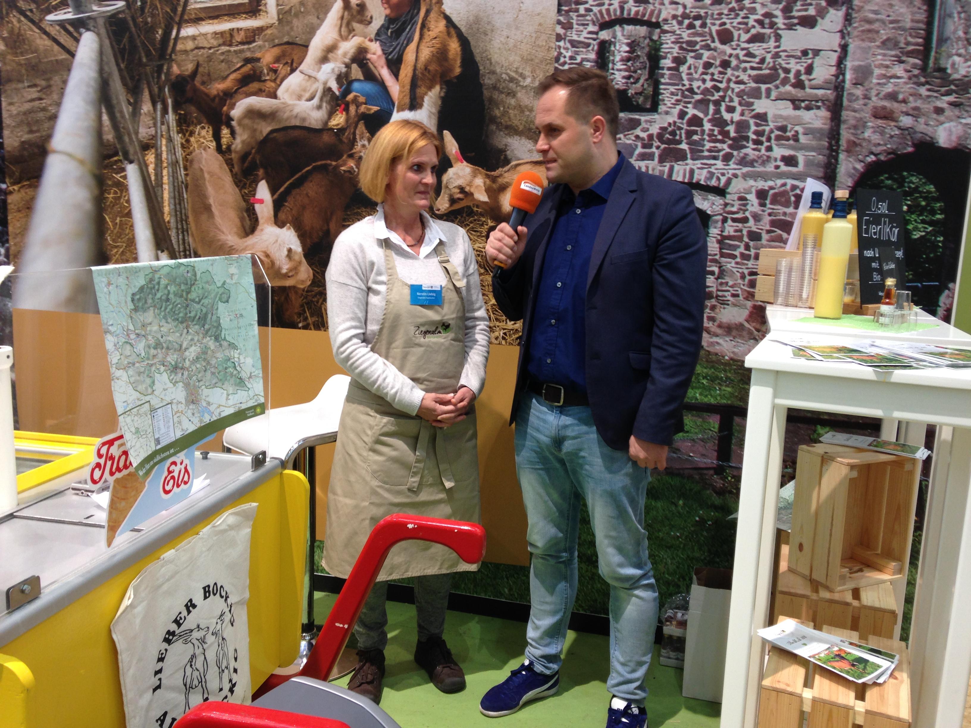 Kerstin Liebig von der Ziegenalm Sophienhof im Interview mit dem Moderator des Messe - Bühnenprogramms