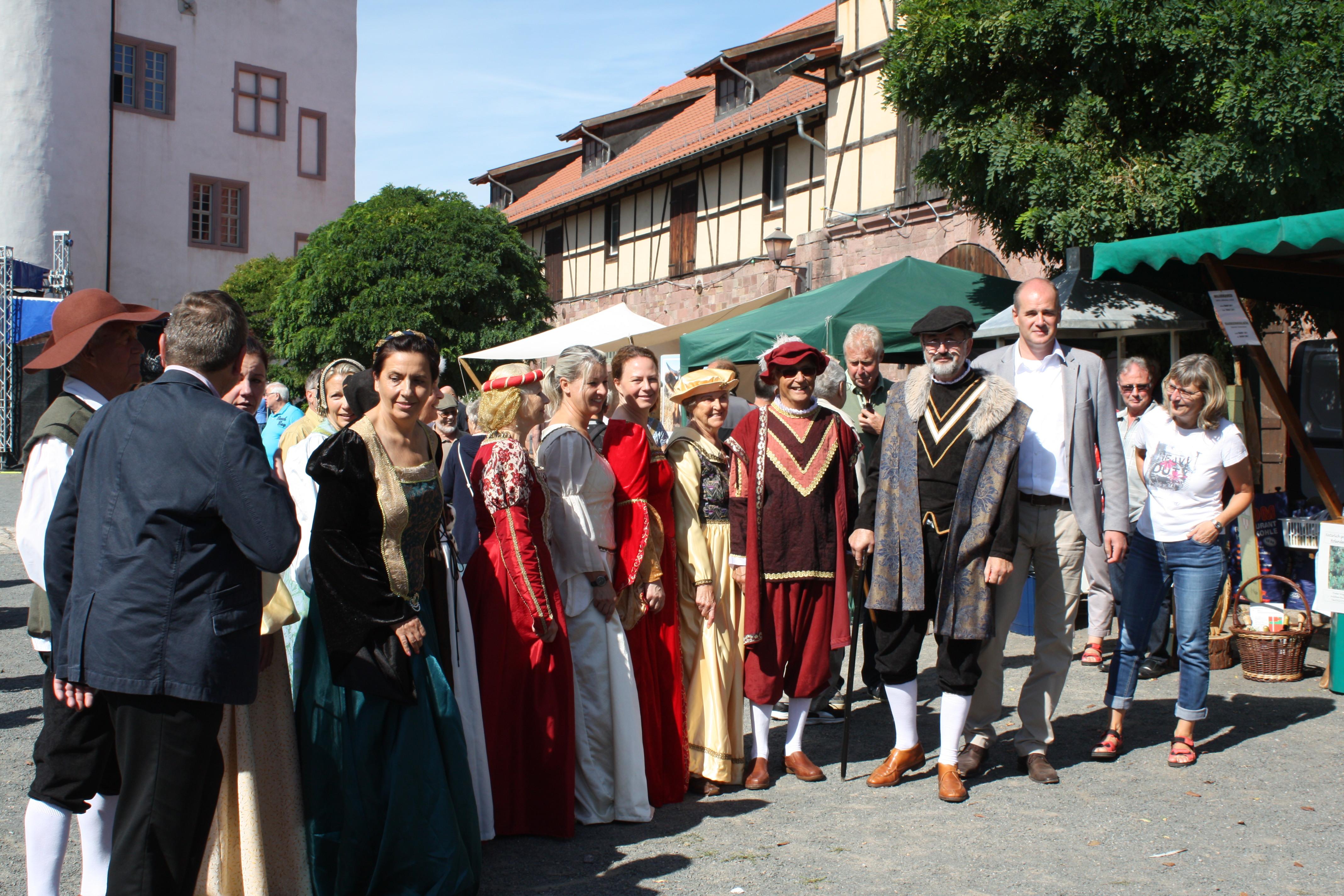 Während einer Pause erkundeten die Mitglieder der Dansereie 1327 den Markt.JPG