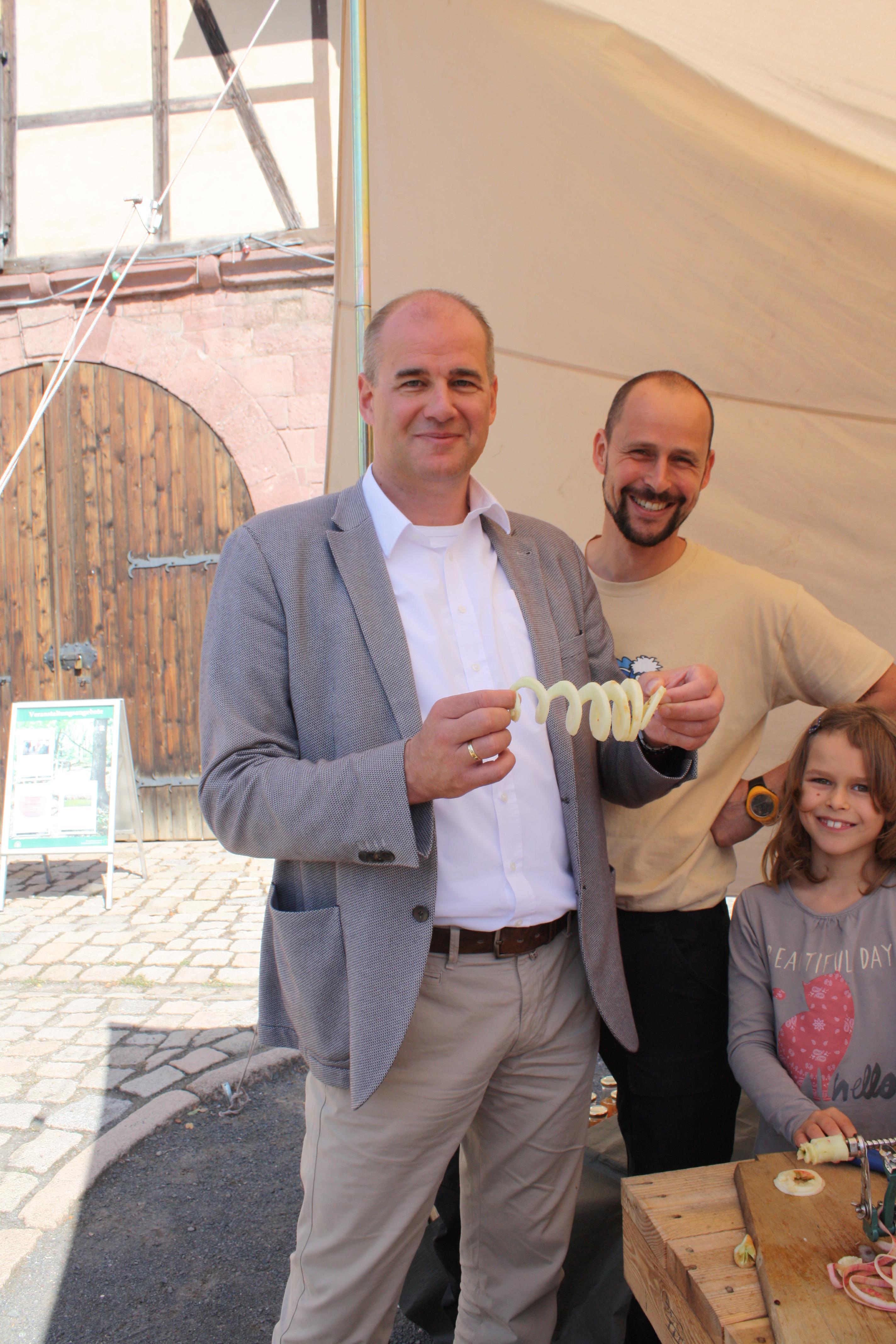 Matthias Jendricke, Vorstandsvorsitzender der RAG, ließ sich die Herstellung einer Apfelspirale zeigen.JPG